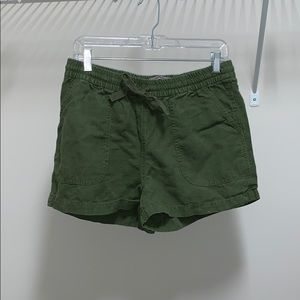Point sur army green shorts
